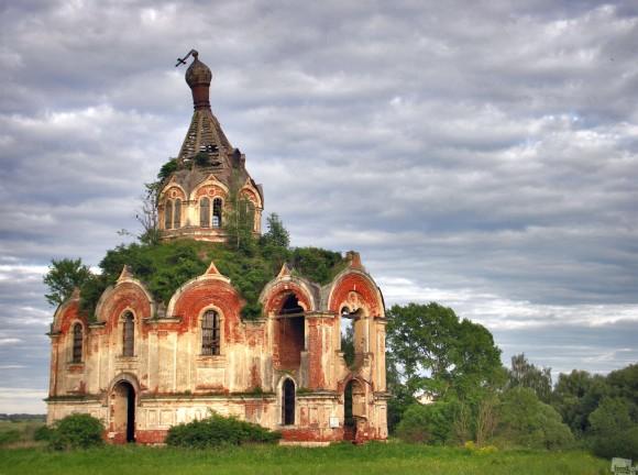 Existen muchos lugares en la Rusia Central donde en algún momento existieron ciudades altamente pobladas. Aquellos lugares y su gente ahora han desaparecido de la tierra, pero las iglesias siguen erigiéndose en recuerdo de cómo una vez vivió la gente en la región. Un meandro, región de Tver