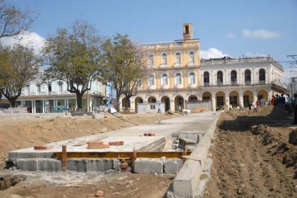 Construcción de aceras, como parte de las obras en el Parque Serafín Sánchez, en saludo al medio milenio de la Villa del Espíritu Santo, en Sancti Spíritus, Cuba,  abril de 2014.  AIN  FOTO/Oscar ALFONSO SOSA