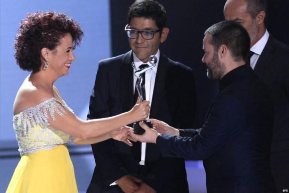 El chileno Sebastián Lelio recibe de la actriz cubana Laura de la Uz el premio a mejor película iberoamericana en los Premios Platino del Cine