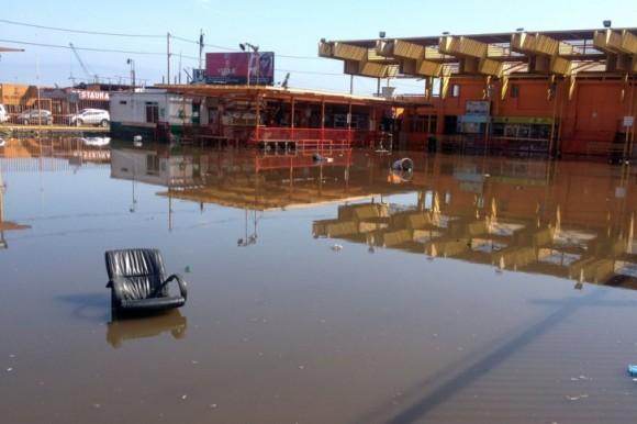 El mar ingresó unos 200 metros en Iquique. Foto: AFP