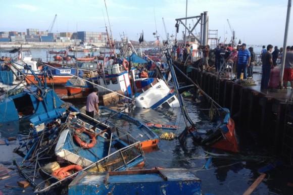 Numerosas embarcaciones quedaron dañadas, hundidas y otras arrastradas por el mar hacia tierra, indicaron pescadores..Foto:  AFP