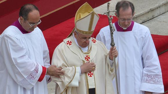 Francisco pidió que ambos papas fuesen inscritos en el libro de los Santos. Foto: AFP