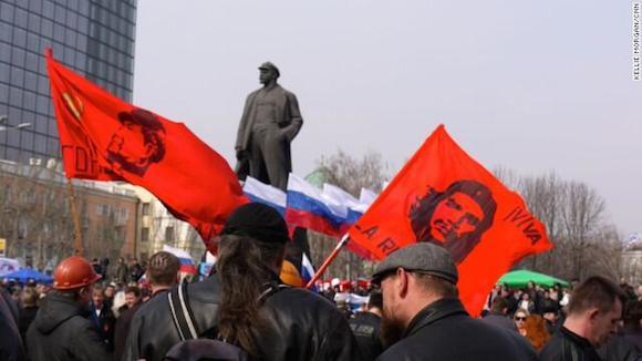 La bandera del Che Guevara ondea frente a Lenin en Donetsk. Foto: Twitter.