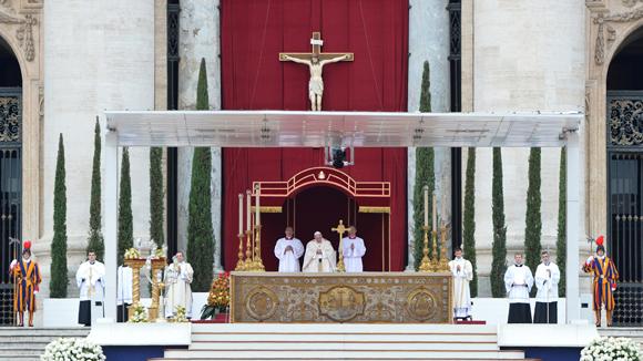 La parte más importante y esperada de la ceremonia fue el rito de la canonización. Foto: AFP