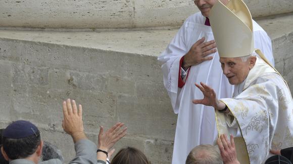 La presencia del papa emérito Benedicto XVI convirtió a la ceremonia en el día de los cuatro papas. Foto: AFP