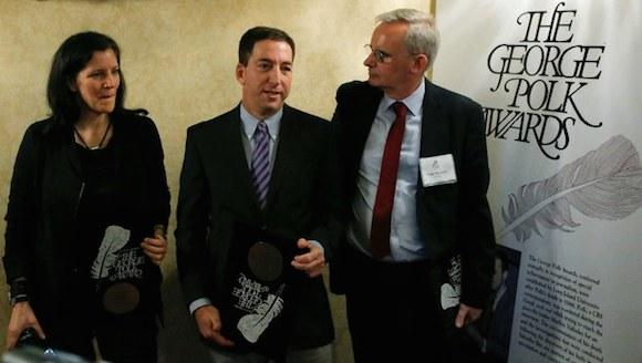 Laura Poitras, Glenn Greenwald y Ewen MacAskill, tras recibir el Premio George Polk por sus reportes sobre vigilancia masiva del gobierno de Estados Unidos. Foto: Reuters