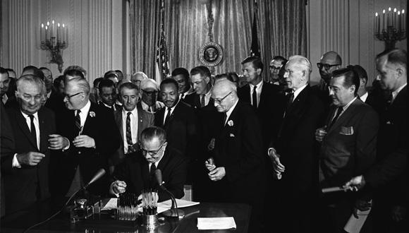 El entonces presidente de Estados Unidos Lyndon Johnson durante la firma del Acta de los Derechos Civiles en 1964. Foto: Archivo.