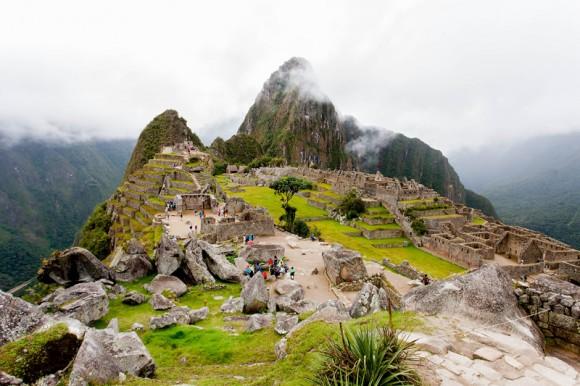 Al fondo el pico Huayna Picchu, en el centro la Plaza Sagrada