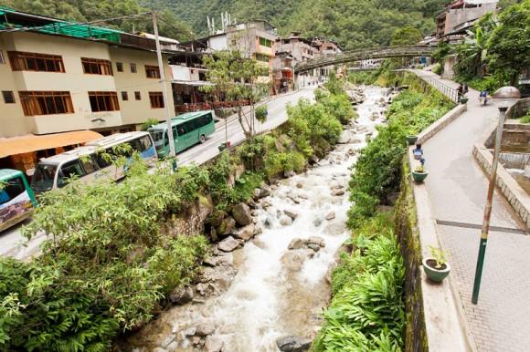 Pueblo de Aguas Calientes en la base de la montaña, es la vía de acceso a Machu Picchu