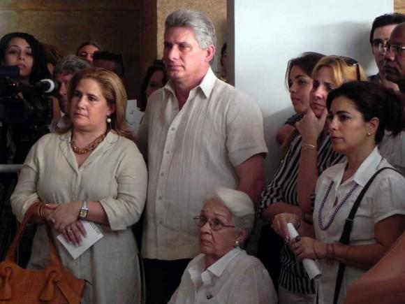 Miguel Díaz-Canel Bermúdez (C), primer vicepresidente de los Consejos de Estado y de Ministros, junto a familiares de Los Cinco