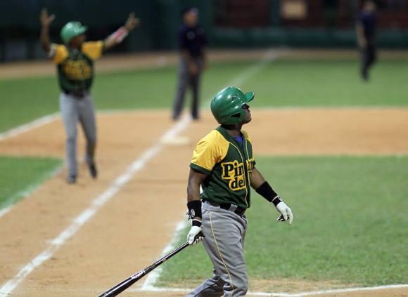 El jonronazo de Duvergel con las bases llenas fue clave en el juego.  Foto: Ismael Francisco/Cubadebate