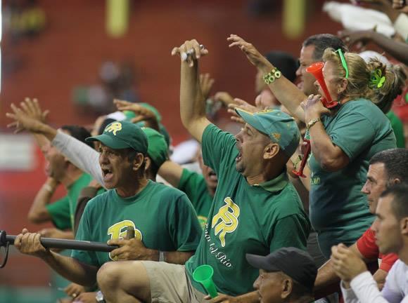 Los aficionados pinareños disfrutaron el desquite. Gran Final del béisbol Cubano 2014.Foto:Ismael Francisco/Cubadebate