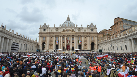 Quienes quedaron fuera de la Plaza de San Pedro debieron seguir los festejos a través de alguna de las numerosas pantallas gigantes instaladas. Foto: AFP