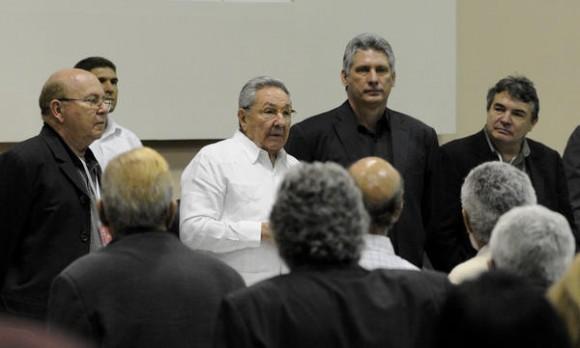 El General de Ejército Raúl Castro (C), Primer Secretario del Partido Comunista de Cuba y Presidente de los Consejos de Estado y de Ministros durante  la clausura del VIII Congreso de la Unión de Escritores y Artistas de Cuba (UNEAC), en el Palacio de las Convenciones de La Habana, el 12 de abril de 2014. AIN FOTO/Roberto MOREJÓN RODRÍGUEZ