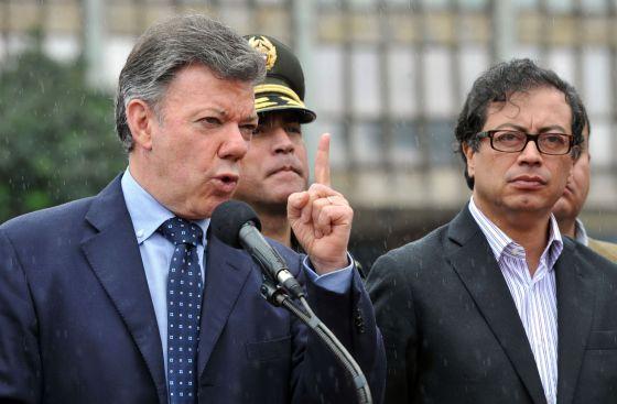 Santos a la izquierda y Petro a la derecha, en julio de 2013. Foto: AFP