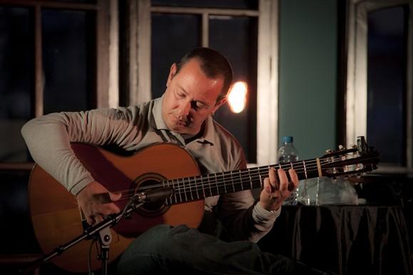 El guitarrista Alejandro Valdés junto a Santiago Feliú en la presentación de su CD en directo al Barnasants.