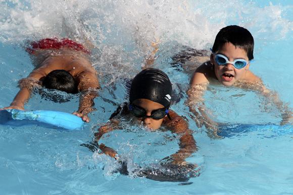 Aprender a nadar ni os cubanos al agua cubadebate for Clases de piscina para ninos