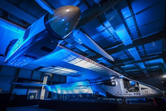 El avión solar Solar Impulse 2 fue presentado en Suiza por sus impulsores y pilotos Bertrand Piccard y Andre Borschberg. El avión estará disponible en el 2015 para realizar un vuelo sin escalas alrededor del mundo, durante días y noches sin utilizar combustibles. El revolucionario avión monoplaza está hecho de fibras de carbón . Tiene 72 metros de extensión y sus alas son más largas que las de un Boeing 747-8I. Su peso es similar al de un carro, 2300 kg. Posee 17 mil celdas solares que alimentan a los cuatro motores eléctricos y las baterías de litio. Foto: Jean Revillard for Solar Impulse 2 via AP Images