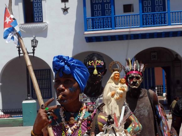 Grupo folklórico callejero Bembé Aché, durante una actuación en el parque Dolores en el Casco histórico de Santiago de Cuba.