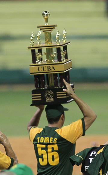 Yosvani Torres, el hombre grande de Pinar del Río, carga el trofeo de Campeones. Foto: Ismael Francisco/Cubadebate