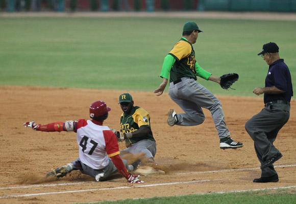 Jugada en primera. Juego Final de la 53 Serie Nacional de Béisbol.  Pinar del Río Campeón. Foto: Ismael Francisco/Cubadebate