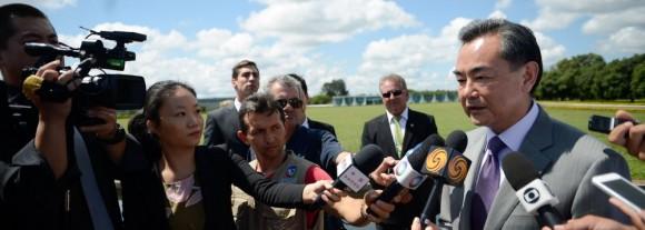 El canciller chino ofrece declaraciones a la prensa.  Foto: Marcelo Camargo/ Agência Brasil