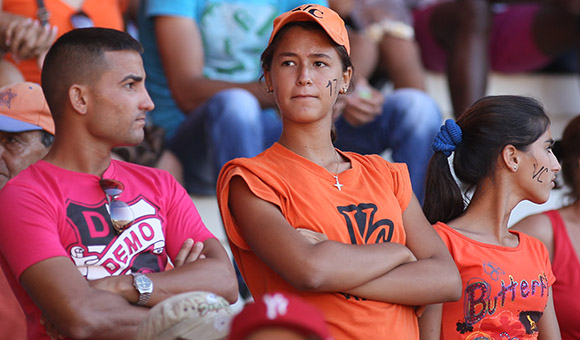 Aficionados a Villa Clara.  Foto: Ismael Francisco/Cubadebate.