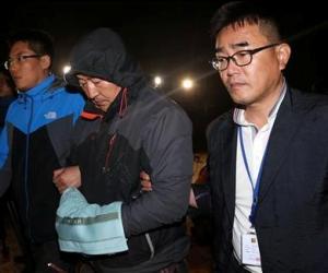 Lee Joon-seok (al centro), capitán del barco Sewol, hundido frente a la costa sur de Corea del Sur, parte de un tribunal que emitió una orden de arresto en su contra, el sábado 19 de abril de 2014 en Mokpo, Corea del Sur. (Foto AP/Yonhap)