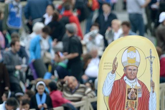 El papa Francisco proclamó la santidad de Juan XXIII y Juan Pablo II ante Benedicto XVI. Foto: EFE
