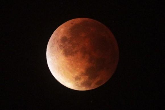 La madrugada de este martes se observó en Cuba y  toda América, un eclipse lunar, el primero de una tétrada de lunas rojas que se repetirá cada seis meses hasta dentro de año y medio, un fenómeno que sólo ocurrirá siete veces en este siglo, según indicó la NASA. El parque nacional del Teide, en Tenerife, fue el único lugar de Europa desde donde se pudo observar. Foto: EFE