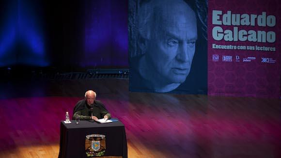 Eduardo Galeano interviene en la Bienal del Libro de Brasilia. Foto: Eduardo Verdugo/ Ap