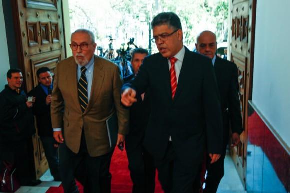 Ramón Guillermo Aveledo (I) y el canciller Elías Jaua (D) a la entrada de la casa amarilla previo a la reunión. Foto: Prensa Miraflores