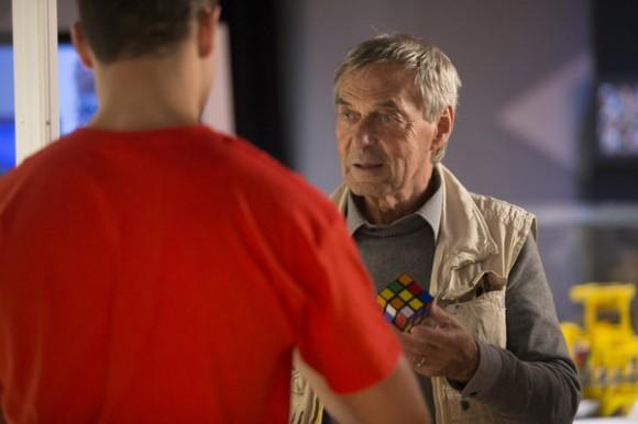 Erno Rubik, el inventor del mágico cubo, comparte en la expo de Nueva Jersey con un joven de 20 años