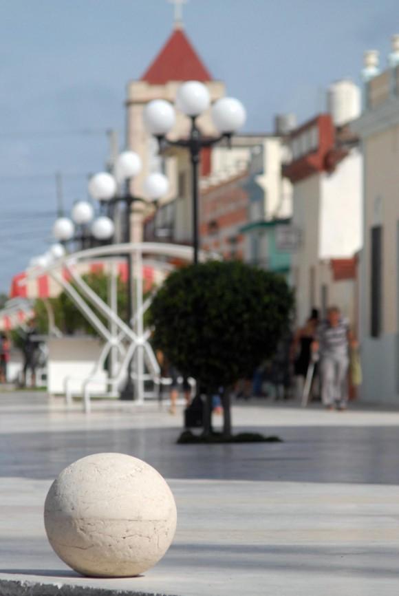 Esferas, escultura del artista plástico tunero René Peña, emplazadas en la entrada y salida del nuevo bulevar, en el casco histórico de la ciudad de Las Tunas