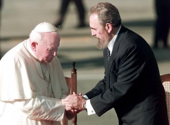 El Papa Juan Pablo II saluda al presidente cubano Fidel Castro el 21 de enero de 1998 después de que el líder de la Revolución diera su discurso de bienvenida en el Aeropuerto Internacional José Martí, en La Habana.