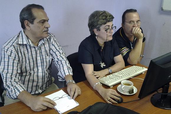 Déborah Rivas, al centro, y Armando Cuba, a la izquierda, en el foro debate sobre la Ley de Inversión Extranjera. Foto: Ladyrene  Pérez