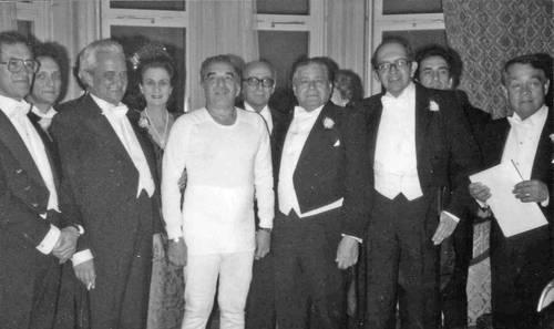 Con sus amigos y vestido con el traje térmico que usó para recibir el Nobel en Estocolmo. Foto: La Jornada.