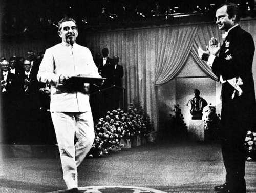 Momento en que recibió el Premio Nobel de Literatura. Foto: La Jornada.