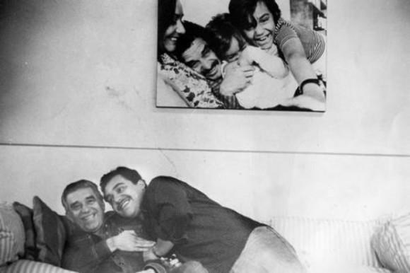 Gabo con su hijo Rodrigo. En la pared, la familia completa. Foto: Rogelio Cuéllar/ La Jornada.
