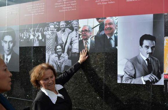 Una mujer toca la imagen del Nobel en la Biblioteca Angel Arango  en Bogota, Colombia. Foto: AP
