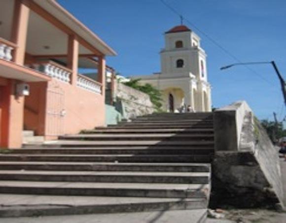 Escalinata por donde subían las señoras y se sentaban los ávidos limosneros. Foto: Archivo del autor.