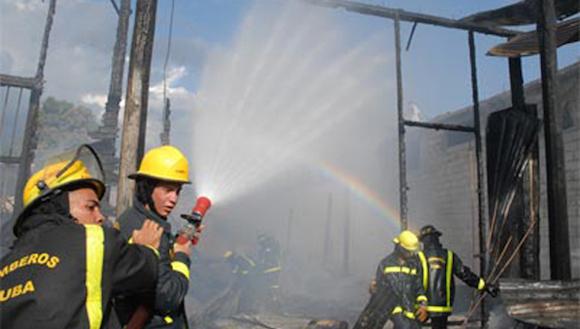 La actuación del Cuerpo de Bomberos evitó males mayores, dicen vecinos del lugar. Foto: Leonel Escalona