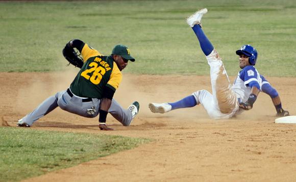 Lourdes Jr. Gourriel es puesto out en segunda base en el juego 4. Foto: Ladyrene Pérez/Cubadebate.
