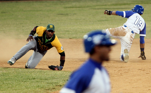 Lourdes Jr. Gourriel es puesto out en segunda base. Ladyrene Pérez/Cubadebate.