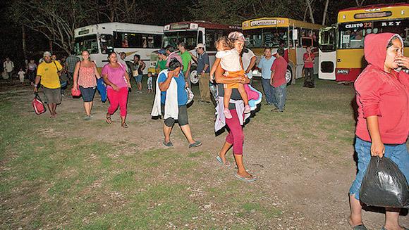 Migrantes descansan en Villahermosa Unos 500 migrantes –procedentes de Guatemala, Honduras y El Salvador– encabezados por fray Tomás González Castillo llegaron ayer al refugio Casa de Retiro Renovación Carismática Católica en Tabasco. Vienen desde la fontera sur y pretenden cruzar el país para llegar a EEUU. Foto: Excelsior, México