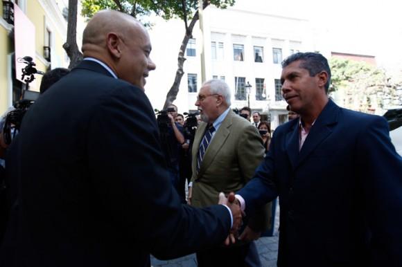 El Alcalde de Caracas Jorge Rodríguez (I), saluda al opositor Gobernador del estado Lara Henry Falcón. Foto: Prensa Miraflores