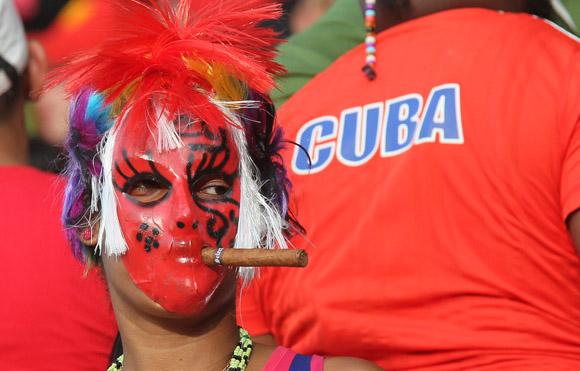 Los aficionados le ponen ambiente al juego. Foto: Ismael Francisco/Cubadebate
