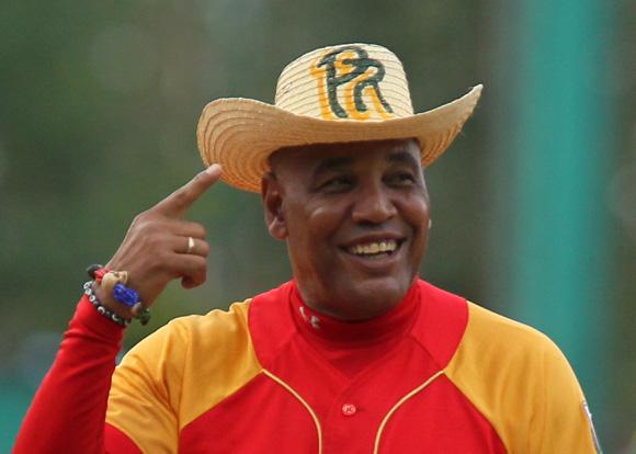 Víctor sonriente con un sombrero pinareño antes de iniciar el partido. Foto:Ismael Francisco/Cubadebate