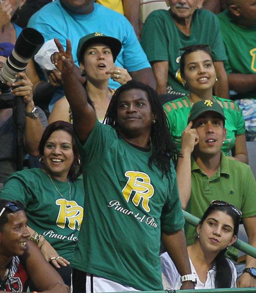 Mayito apoyando a su equipo. Foto: Ismael Francisco/Cubadebate.