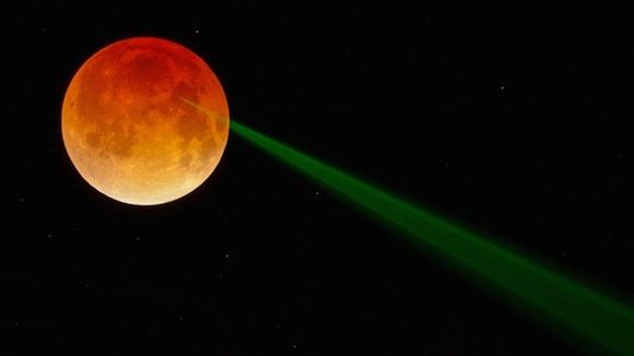 Este experimento con láser durante un eclipse total utiliza la Tierra como un interruptor de la luz cósmica.  Foto: NASA
